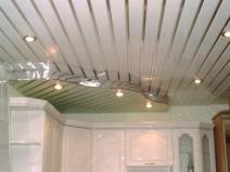 Двухуровневый навесной потолок из пластиковый панелей