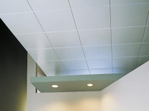 Навесной потолок из квадратных плит: строго и практично