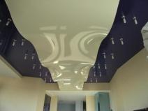 Двухцветный и двухуровневый навесной потолок