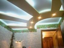 очень стильный навесной потолок с подсветкой