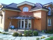 поликарбонатный навес над входом в дом