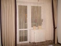 Нитяные шторы на окне в гостиной