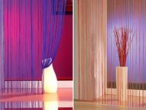 Яркий и стильный дизайн гостинной с нитяными шторами