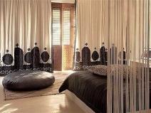 Бежевые шторы-нити в интерьере