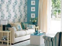 Цветочные обои в комнате в стиле прованс