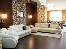 Золотистые  дворцовые обои в интерьере гостиной