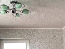 светлые обои на потолок