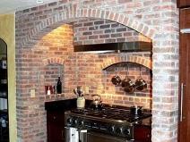 Оформление рабочей зоны в кухне с виниловыми обоями под кирпич