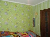 Контрастные обои в спальне: темная стена создает интересные акценты
