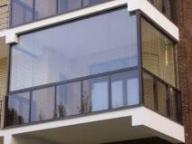 Остекление балкона: внизу прозрачные панели, вверху безрамное остекление