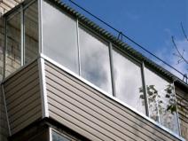 Дизайн застекленного балкона по крышей