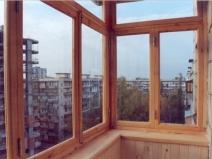 Застекление балкона деревянными окнами