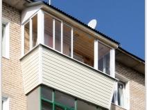 ПРиятный алюминиевый балкон с козырьком