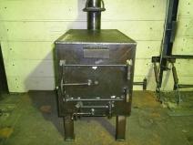 Металлическая печка в гараже