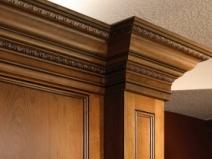 Деревянный широкий потолочный плинтус