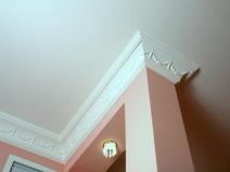 Потолочный плинтус из пенопласта в интерьере