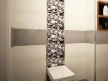 вертикальная вставка из плитки в туалете