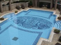 узор из мозаики на дне бассейна