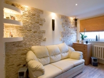 плитка под камень в интерьере гостиной