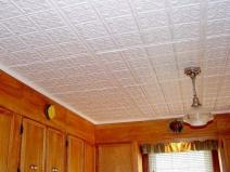 Потолочная плитка, подчеркивающая старинный стиль итерьера