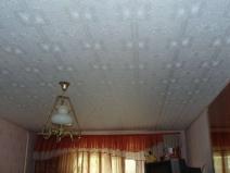 Потолочная плитка светлых тонов помогает компенсировать темные цвета интерьера