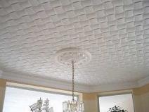 Текстура потолочной плитки выложена в узор плетенки
