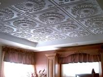 Потолочная плитка, напоминающая гипсовую лепку