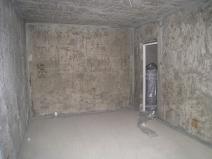 черновые стены в комнате