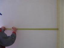 Чтобы получить красивый узор нужно очень внимательно измерять стены и обои