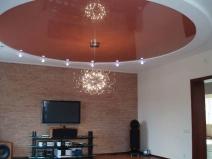 Яркий потолок для гостинной