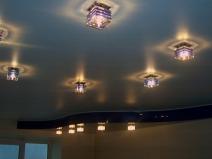 Стильный натяжной потолок в гостинной