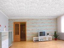 Интерьер комнаты с потолком, оформленным плиткой