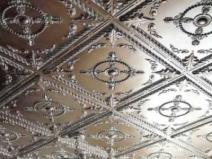 Темная потолочная плитка с красивым узором
