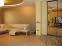 Однотонное пробковое покрытие стен гостиной