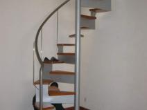 Винтовая лестница - одно из наиболее распространенных решений
