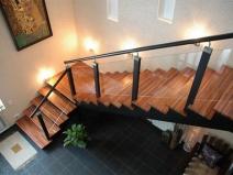 Стильный дизайн лестницы в загородном доме