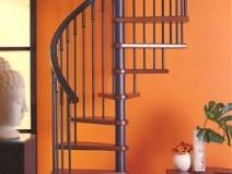 Винтовая лестница из металла и дерева