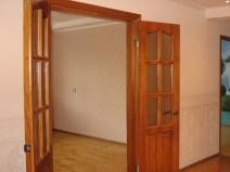 Распашные двери деревянные со стеклом
