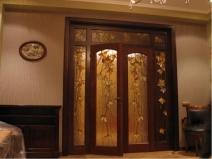 Двери с декоративными стеклянными вставками