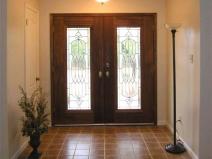 распашные входные двери со стеклом