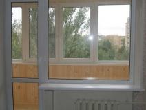 Уютный балкон полностью отрегулирован