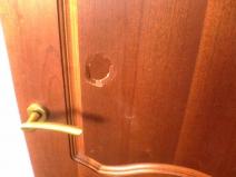 повреждение на межкомнатной двери