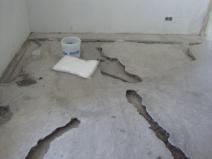 Провалы в стяжке: такой пол ремонту не подлежит