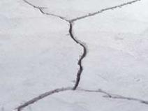 Крупные трещины в стяжке могут привести к необходимости ее замены