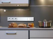Встроенные розетки в фартук на кухне