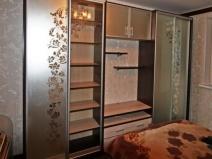 Шкаф-купе с цветочным орнаментом на дверцах