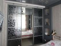 Зеркальный шкаф-купе в серых тонах