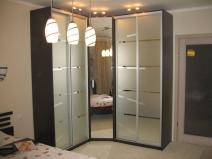 Угловой шкаф-купе со встроенным зеркалом