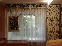 Оригинальный узор штор в зале