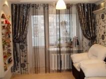 Темные шторы великолепно сочетаются с обоями